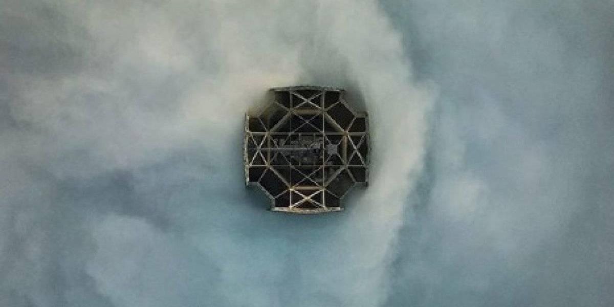 Cómo nunca lo has visto: fotógrafo capta espectacular toma del Costanera Center entre la niebla de Santiago y enloquece a todos en Internet