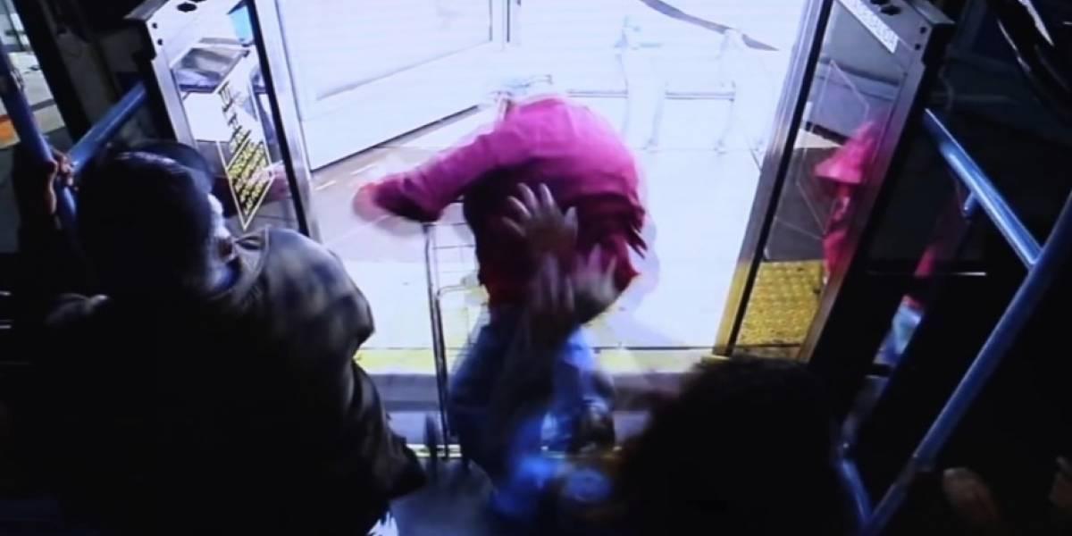 Video: En medio de pelea en un bus una mujer empujó a un anciano y lo mató