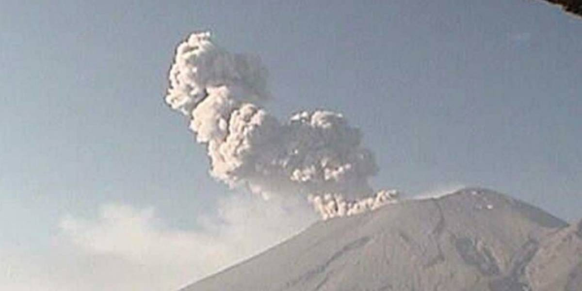 En medio de la contingencia en México, el Popocatépetl estalla y lanza cenizas