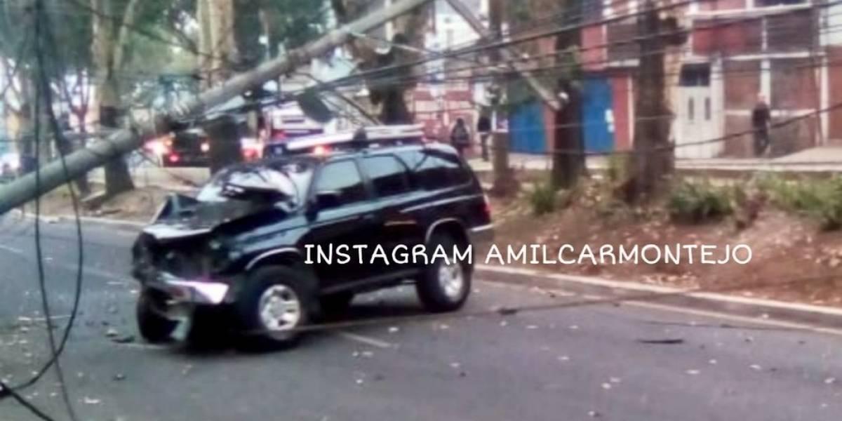 Poste derribado tras choque en zona 21; conductor abandona vehículo