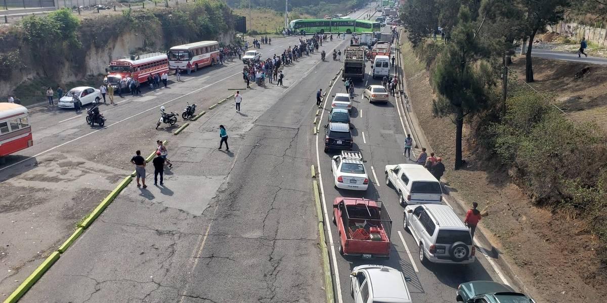 Padres de familia bloquean paso en Villalobos para exigir maestros