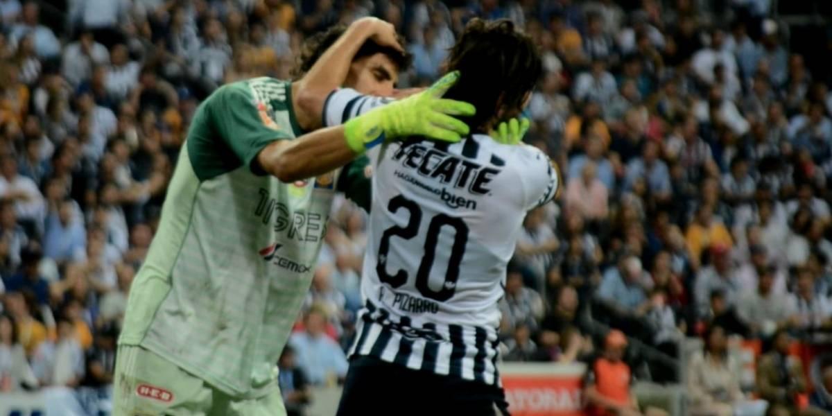VIDEO: Nahuel Guzmán intentó besar a Rodolfo Pizarro en pleno partido
