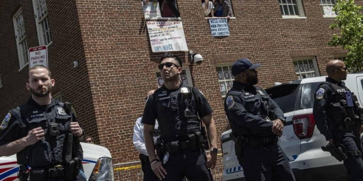 Policía desaloja a activistas de la embajada de Venezuela en EE. UU.