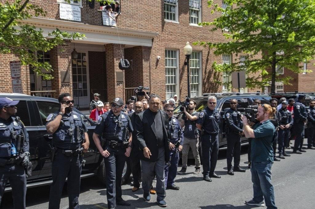 Desalojan a activistas de embajada venezolana