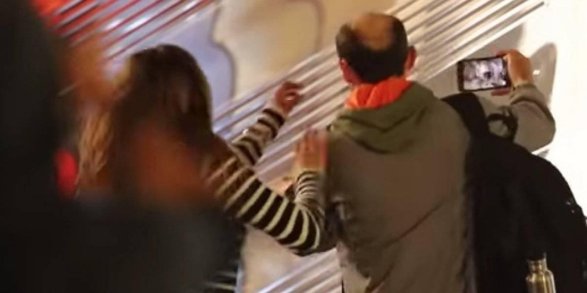 Jennifer Aniston enfurece y le quita el teléfono a fan que le tomó una foto