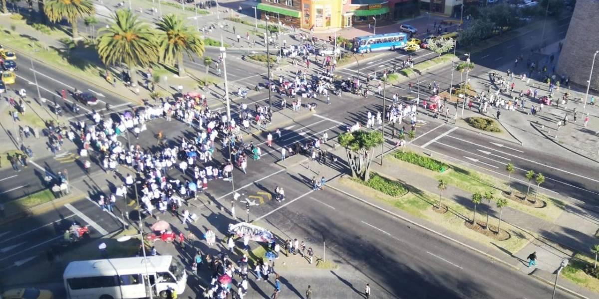 Quito: Se reporta plantón de estudiantes de medicina de la Universidad Central en las Naciones Unidas y Amazonas