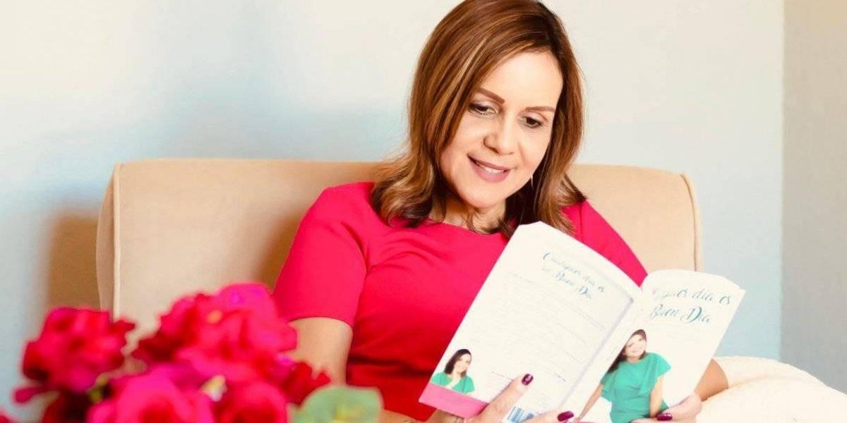 Regresa esposa de Font con libro de autoyauda
