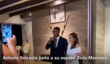 Antonio Valencia junto a su esposa