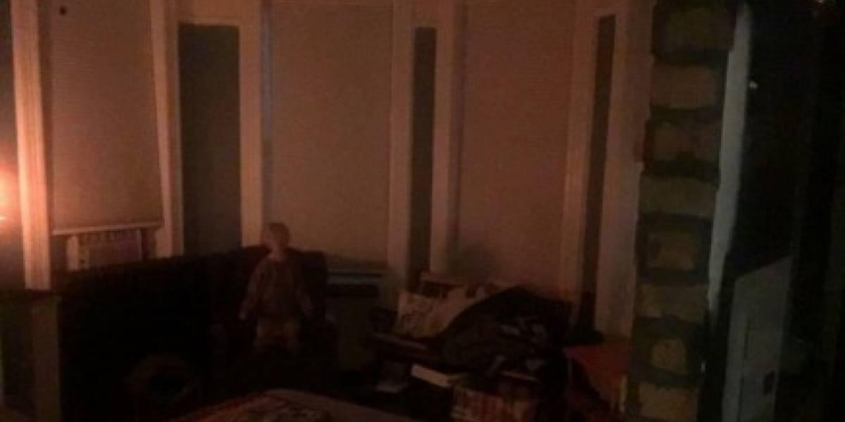 """¡Qué miedo! Hombre fotografió el """"fantasma"""" de un niño en su cuarto mientras dormía"""