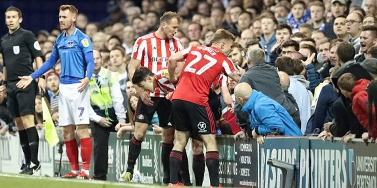 VIDEO: La cobarde agresión de un aficionado a un jugador en Inglaterra