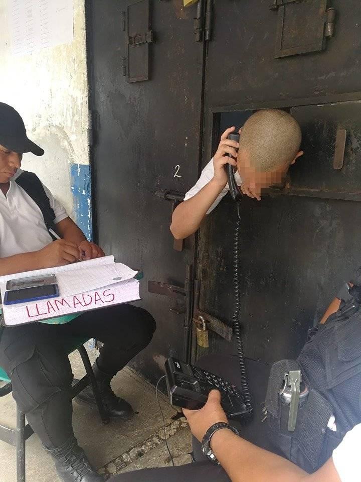 Dos monitores de la correccional para menores Gaviotas verifican las llamadas de los internos hacia sus familiares. Foto: Verónica Galicia
