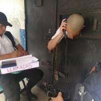 Dos monitores de la correccional para menores Gaviotas verifican las llamadas de los internos hacia sus familiares.