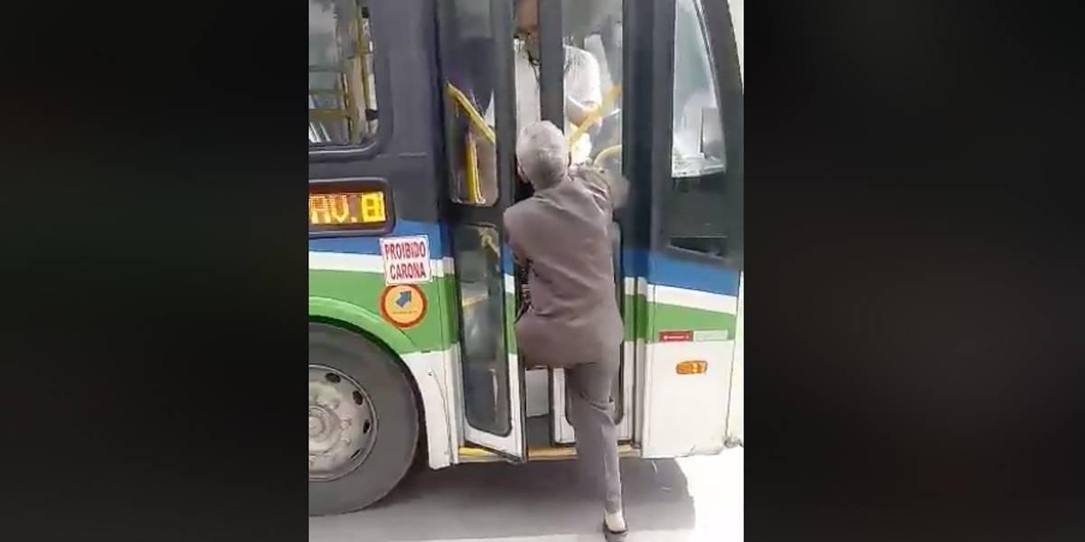 Vídeo: idoso tenta embarcar e é chutado para fora por motorista de ônibus