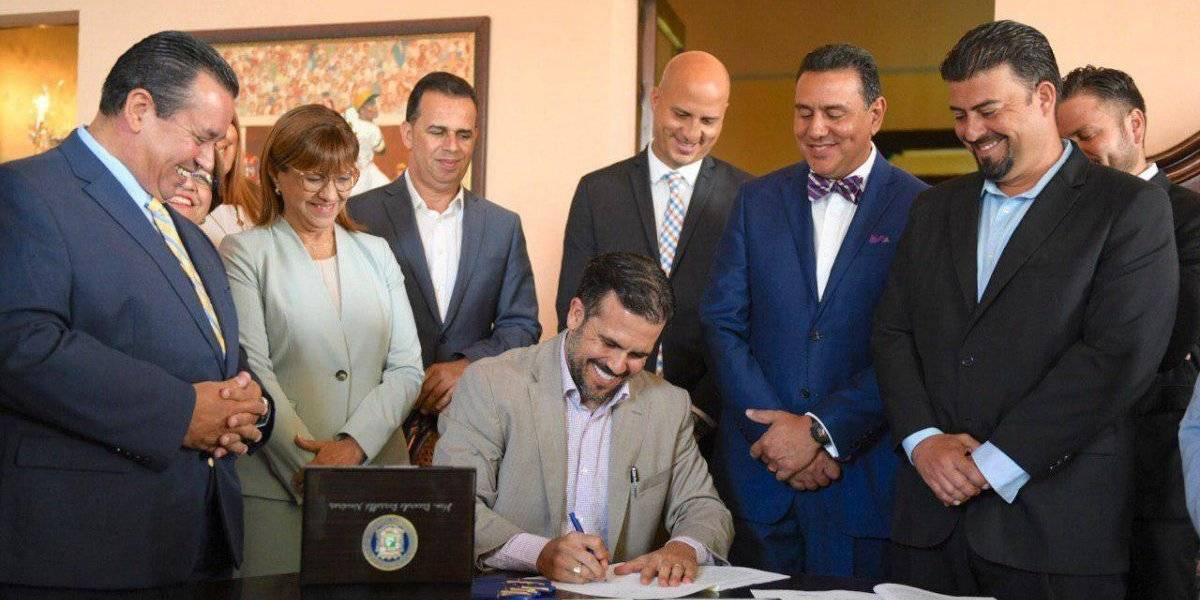 Rosselló firma ley para eximir a municipios del pago de pensiones