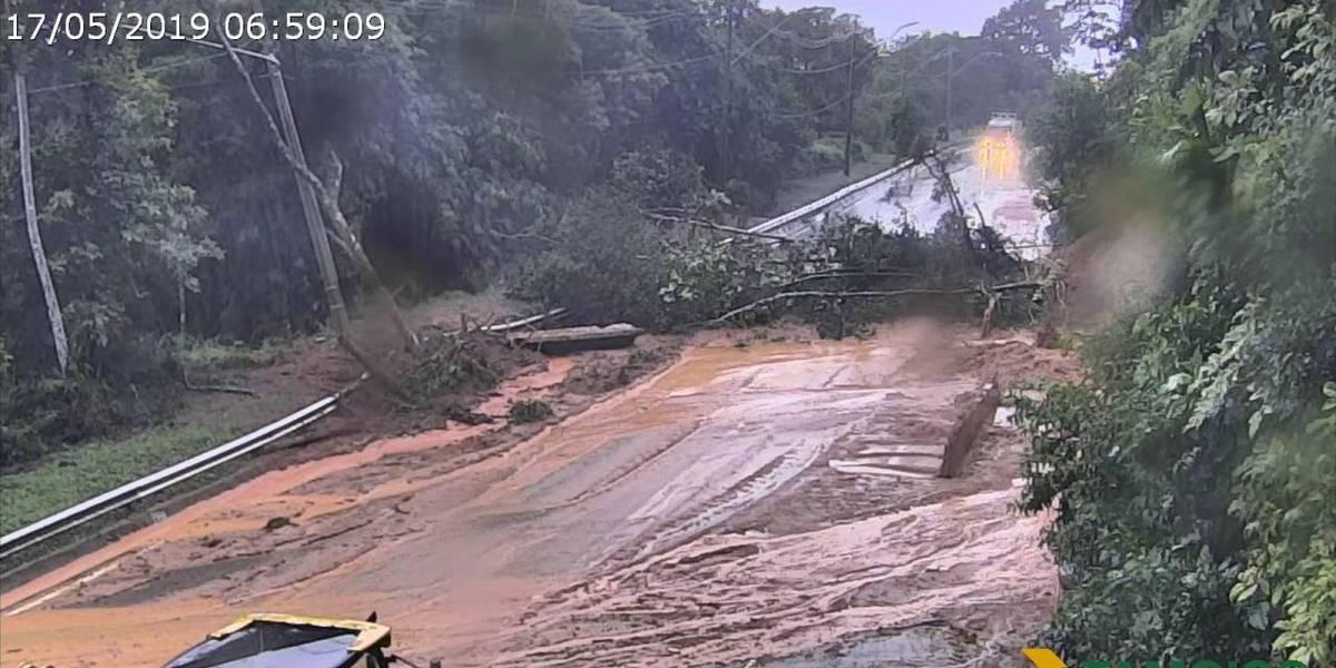 Quedas de barreiras interditam três rodovias no litoral de São Paulo