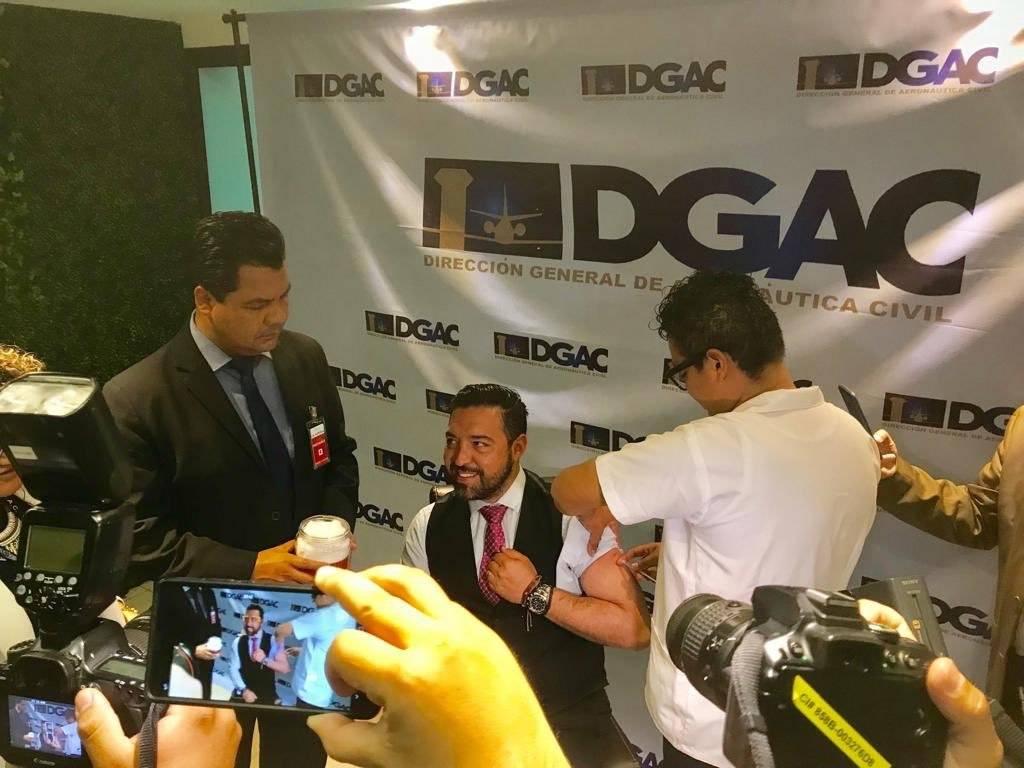 Francis Argueta, titular de la DGAC, es vacunado contra el sarampión. Foto: DGAC
