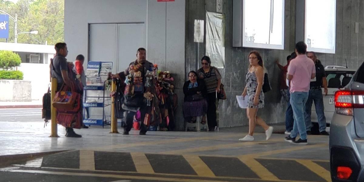 Argueta pide a la Muni retirar vendedores ambulantes del AILA