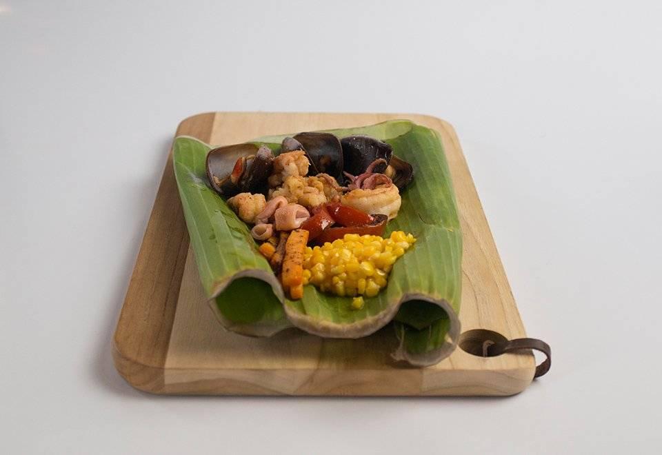 André Boratto utilizou uma folha de bananeira em seu prato Reprodução/Band