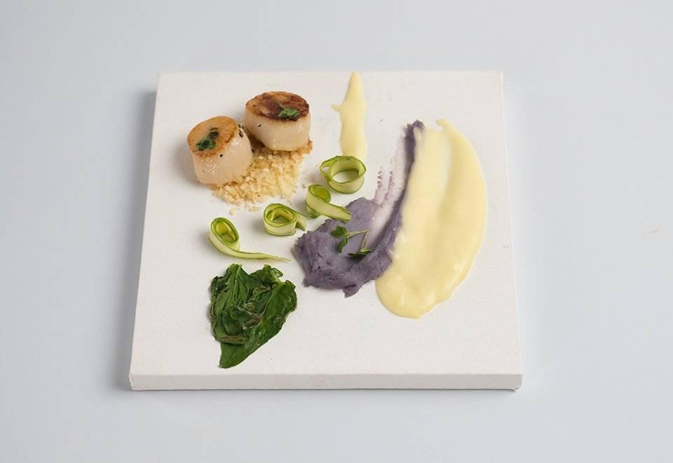 Echaterine Santos, a vencedora do desafio, fez seu prato em uma tela de pintura Reprodução/Band