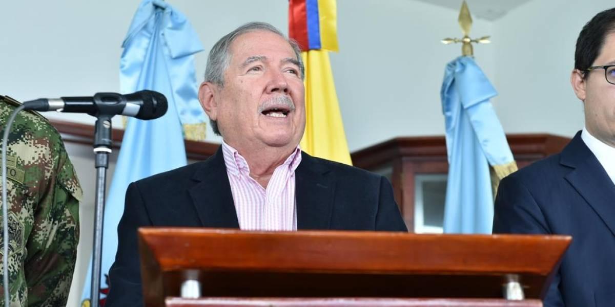 Ministro de Defensa supera moción de censura y seguirá en el cargo