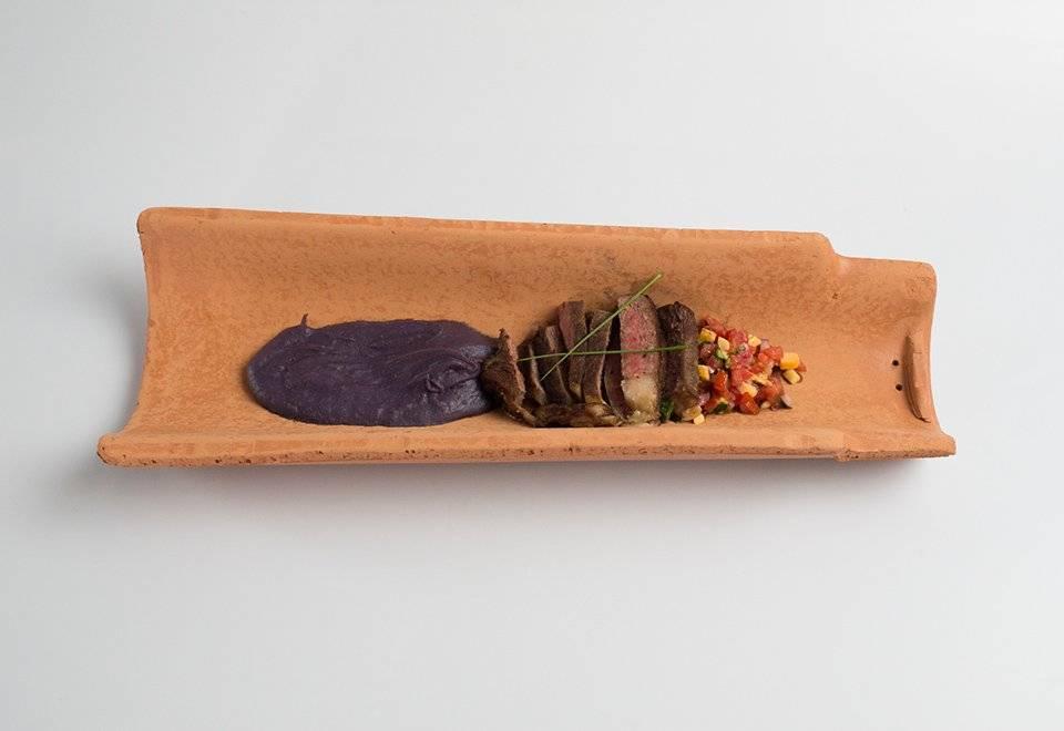 Renan Corrêa utilizou uma telha como louça para seu prato Reprodução/Band
