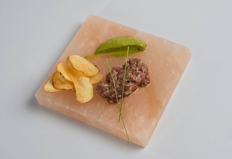 Rodrigo Massoni fez o prato em uma pedra de sal do Himalaia Reprodução/Band