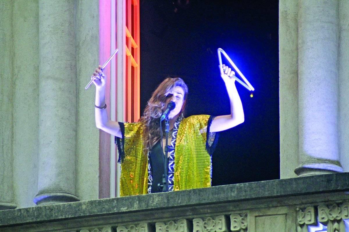 Mariana Aydar cantou da sacada da Casa de Francisca, na Sé Agatha Gameiro/FramePhoto/Folhapress