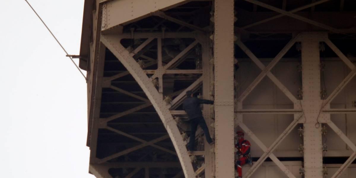 Após 7 horas, homem que escalou Torre Eiffel é salvo