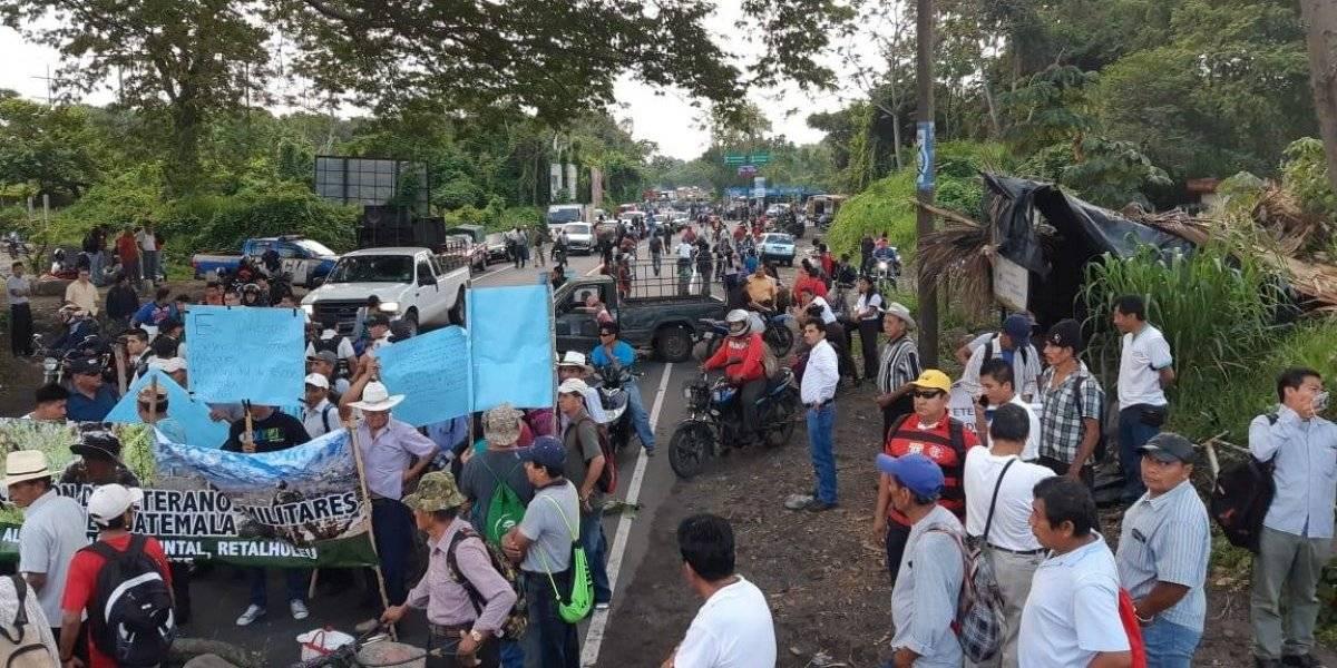Militares retirados bloquean carreteras para exigir pago de resarcimiento