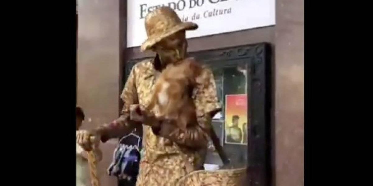 Increíble perrito enloquece a las redes sociales trabajando como estatua viviente junto a su dueño