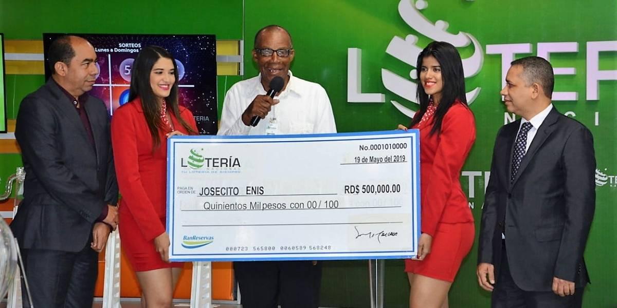Lotería Nacional entrega premio de RD$500,000.00 a ganador de tercer premio