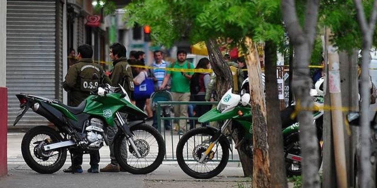 Asaltante mató a adulto mayor que atendía botillería en San Miguel: arrancó con un pack de cervezas