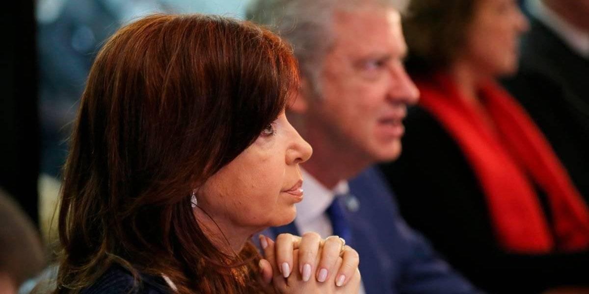"""Sentada junto a su abogado y en el fondo de la sala: así arrancó la lectura de cargos contra Cristina Fernández por """"asociación ilícita"""""""