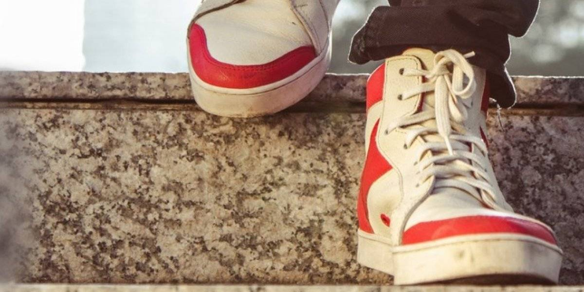 Kruza: la empresa chilena que fabrica zapatillas a partir de velas de barco, caucho, alas de parapente y cuero reciclado