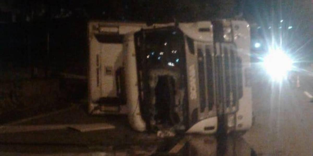 Acidente com carreta provoca congestionamento na Raposo Tavares