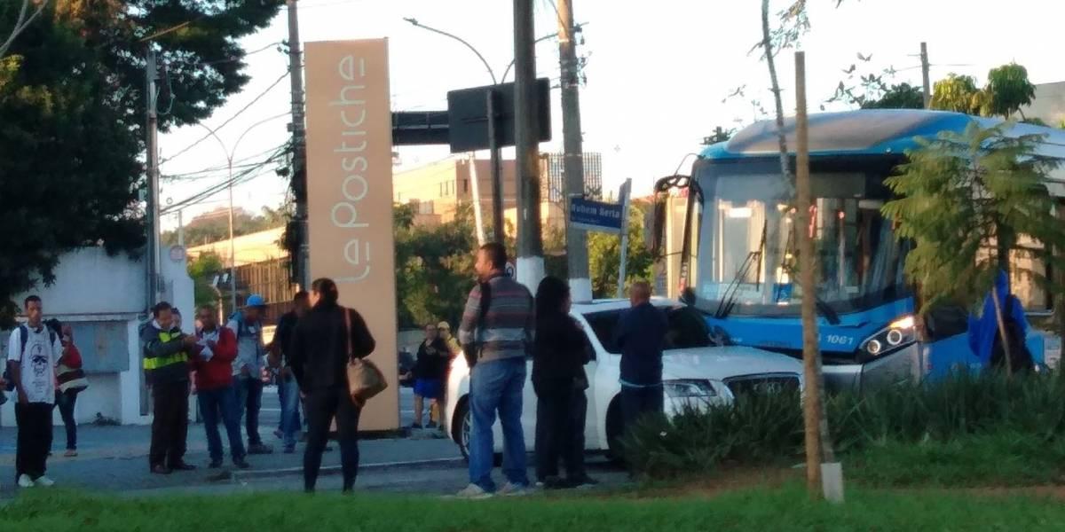 Acidente trava avenida Indianópolis e complica trânsito no Planalto Paulista