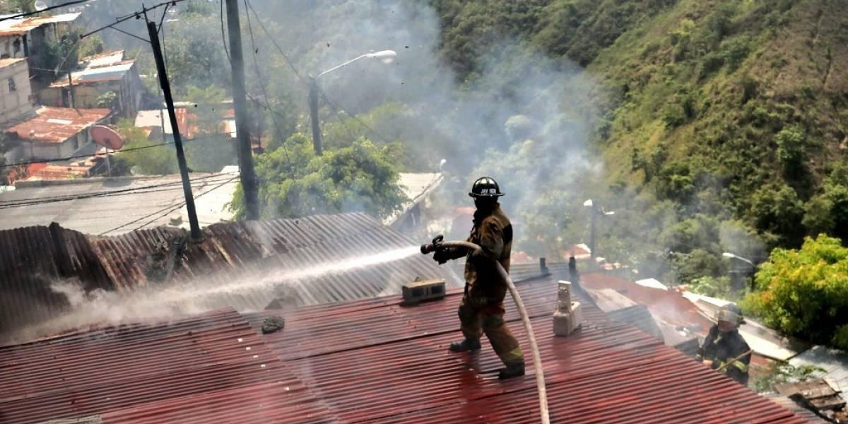 Incendio consume dos viviendas en la zona 7