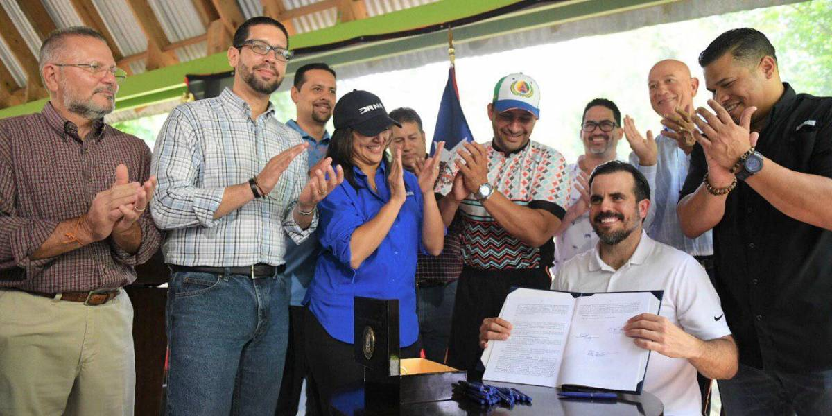 Gobernador firma ley sobre cambio climático