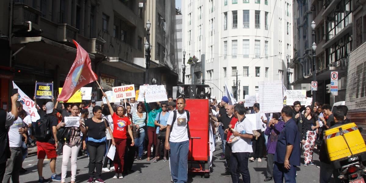 Grupo protesta contra corte de gastos com saúde e assistência social em SP