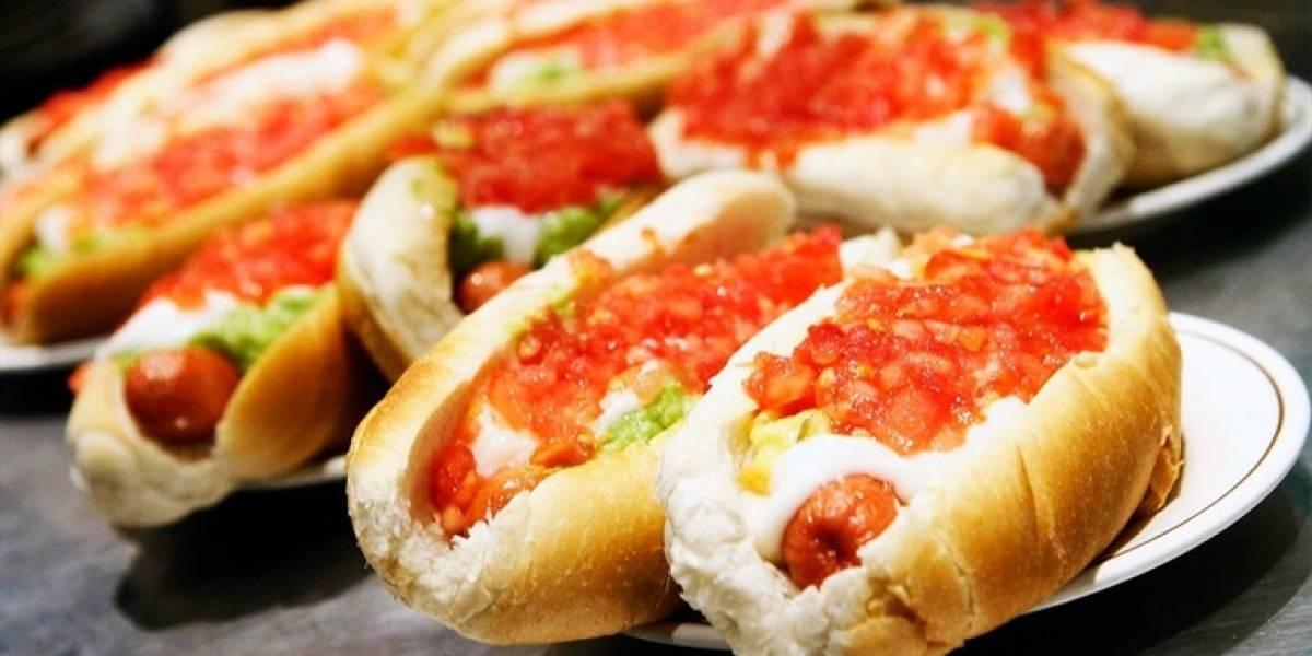 """""""Día del completo"""": La historia detrás del popular sándwich y dónde celebrar su día"""