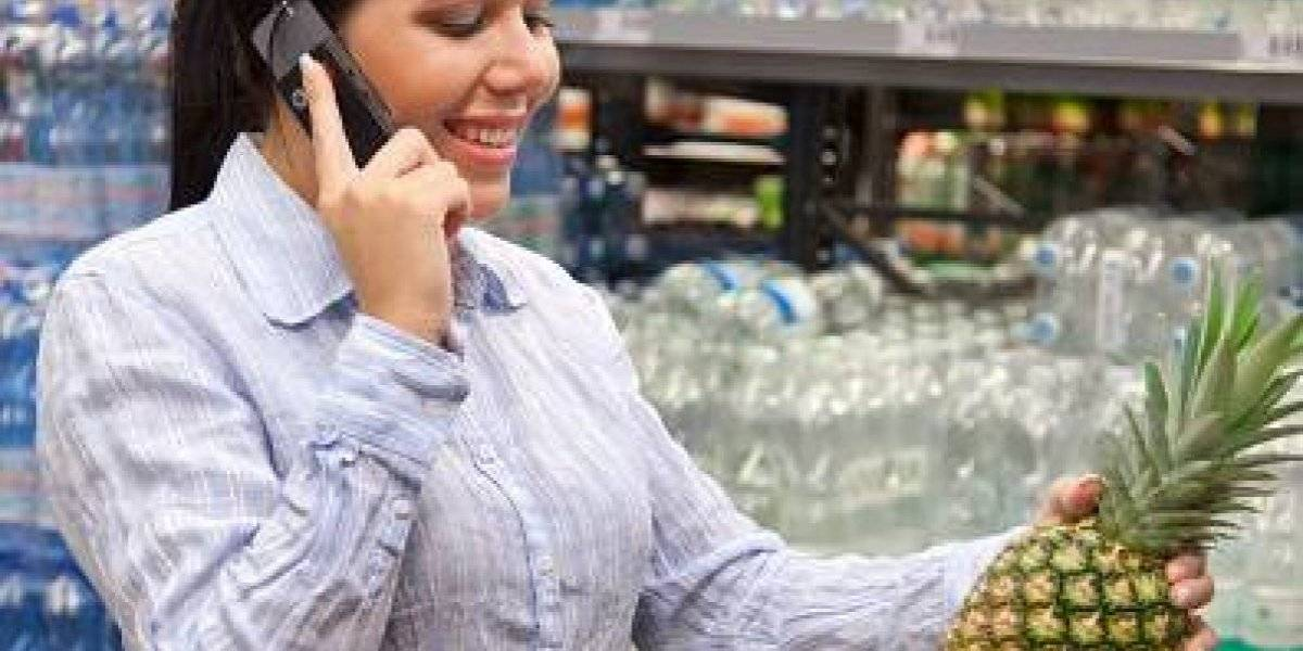 No bote más la plata: usar el celular mientras compra en el supermercado hace que su cuenta sea más alta