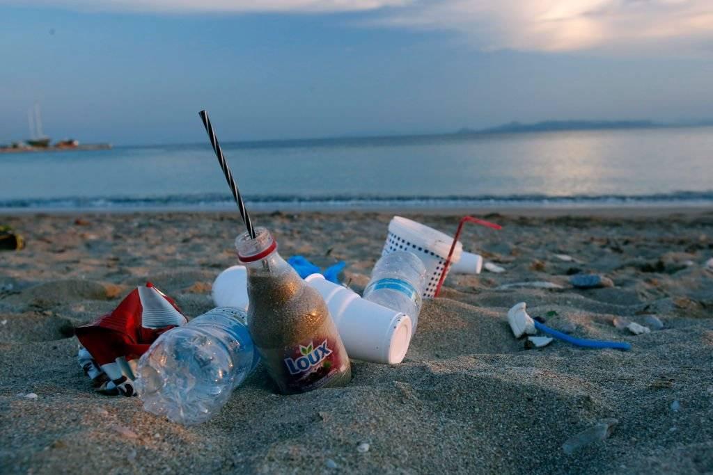 Comer plástico: Estudio muestra cuanta cantidad de este material ingieren los humanos