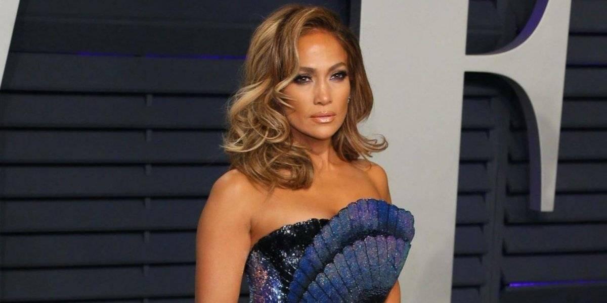 Jennifer López tuvo un accidente con su vestido y casi enseña de más