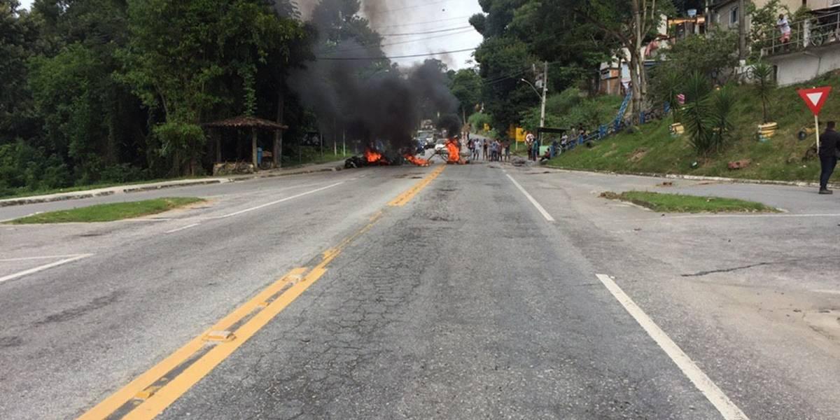 Protesto em Angra dos Reis tem pneus queimados e corpos na estrada