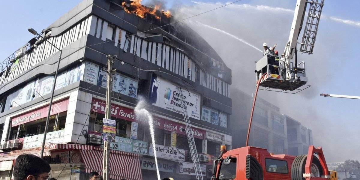 Estudiantes indios se lanzaron al vacío para no morir quemados