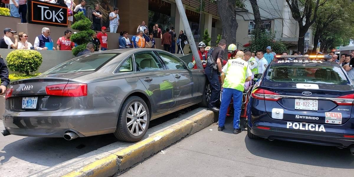 Vehículo en el que se conducía embajador de Guatemala en México arrolla a peatón