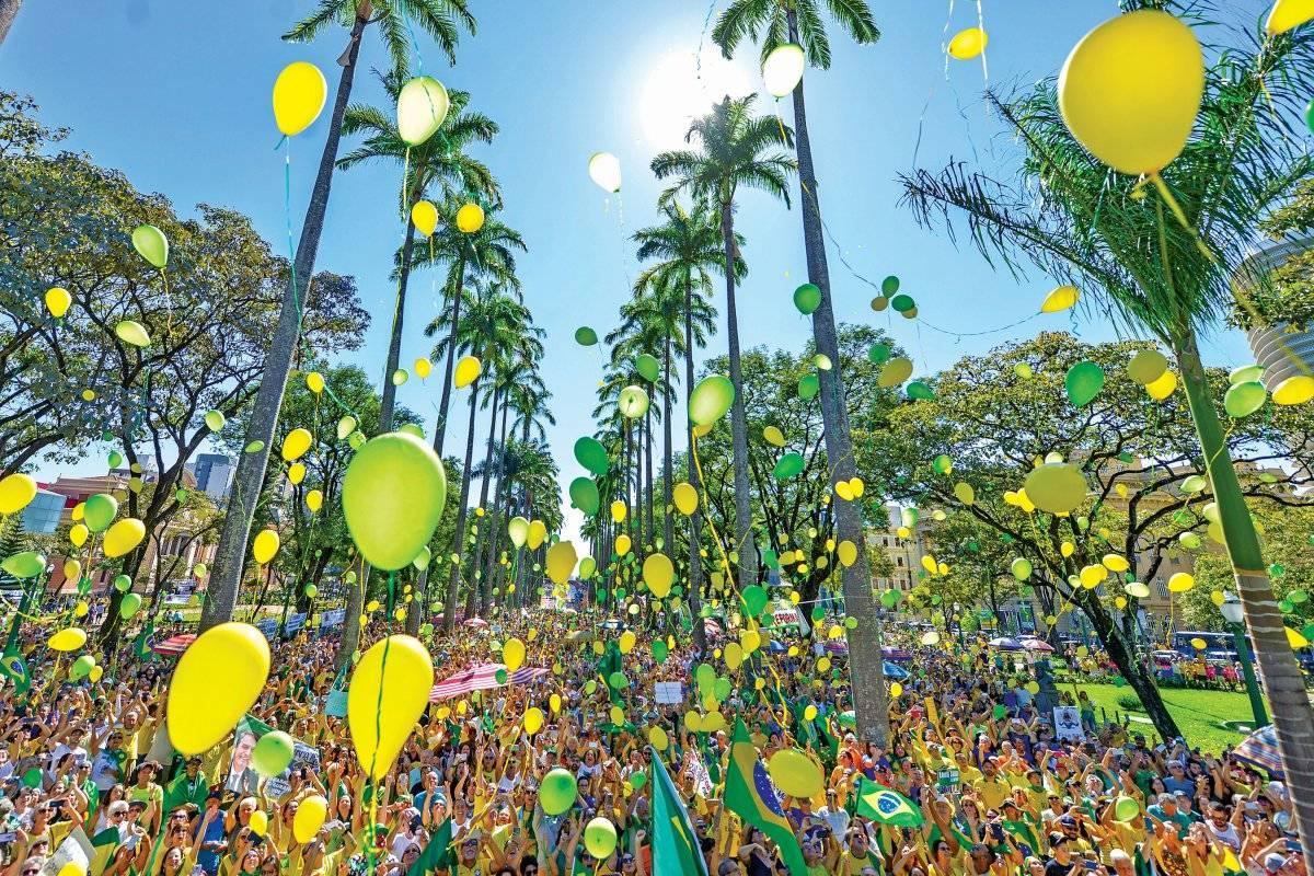 Público soltou balões na praça da Liberdade Fred Magno/O Tempo/Folhapress