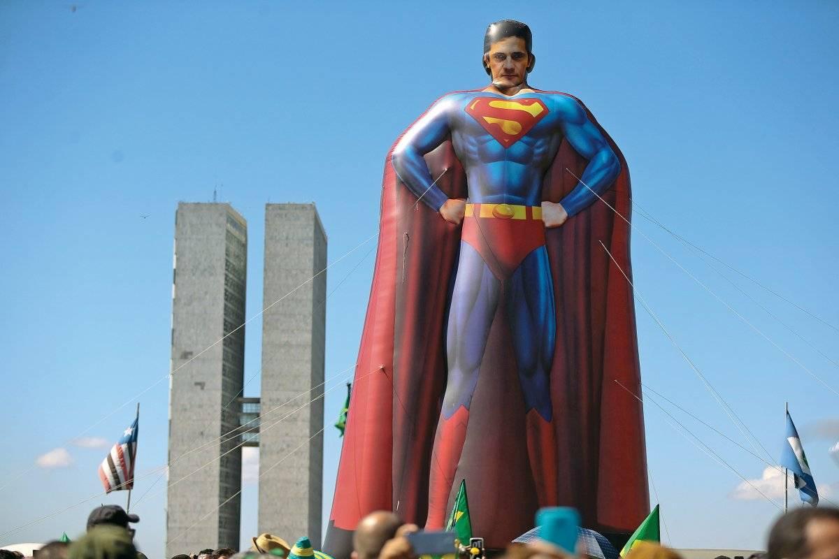 Sérgio Moro de Super-Homem em frente ao Congresso Pedro Ladeira/Folhapress