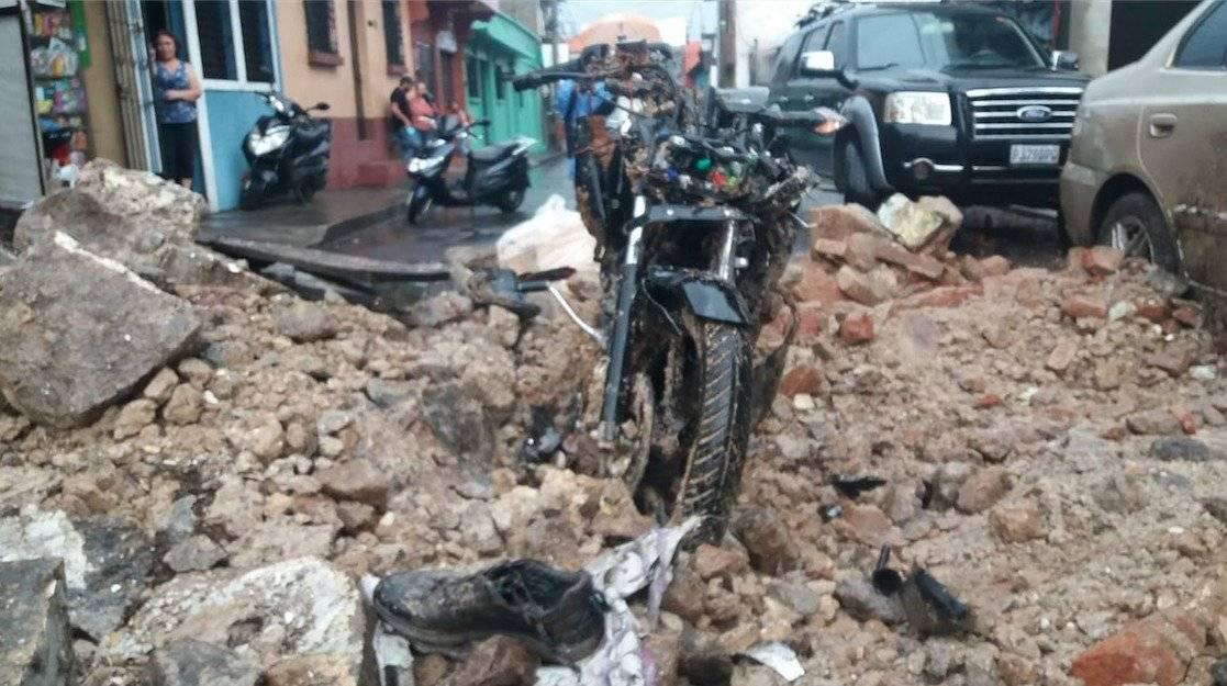 Pared de inmueble colapsa en Mazatenango tras fuertes lluvias. Fotos: Fridel Mejicanos y Alex Regil