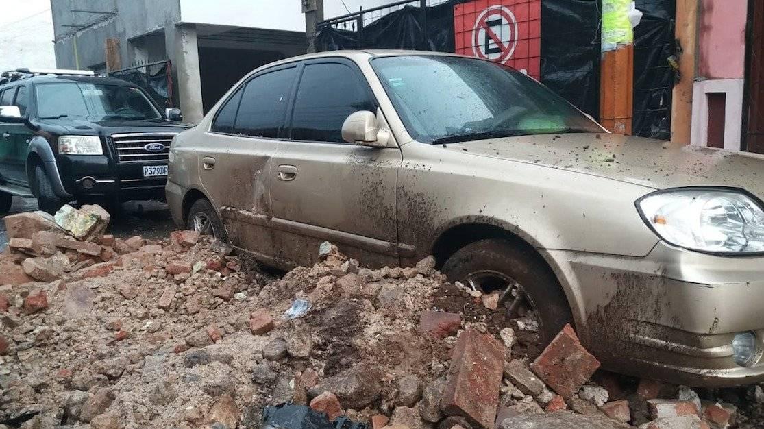 Pared de inmueble colapsa en Mazatenango tras la fuerte lluvia. Fotos: Fridel Mejicanos y Alex Regil